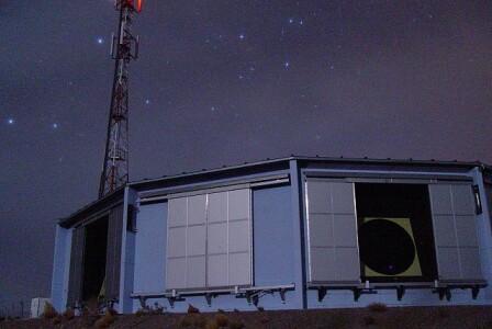 Jeden z dalekohledů observatoře Pierra Augera, který pozoruje záblesky vzniklé při průletu částic atmosférou